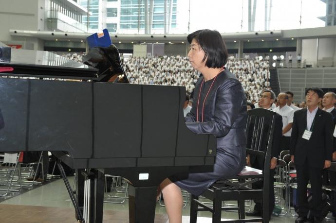 国歌斉唱 ピアノ伴奏 引間先生